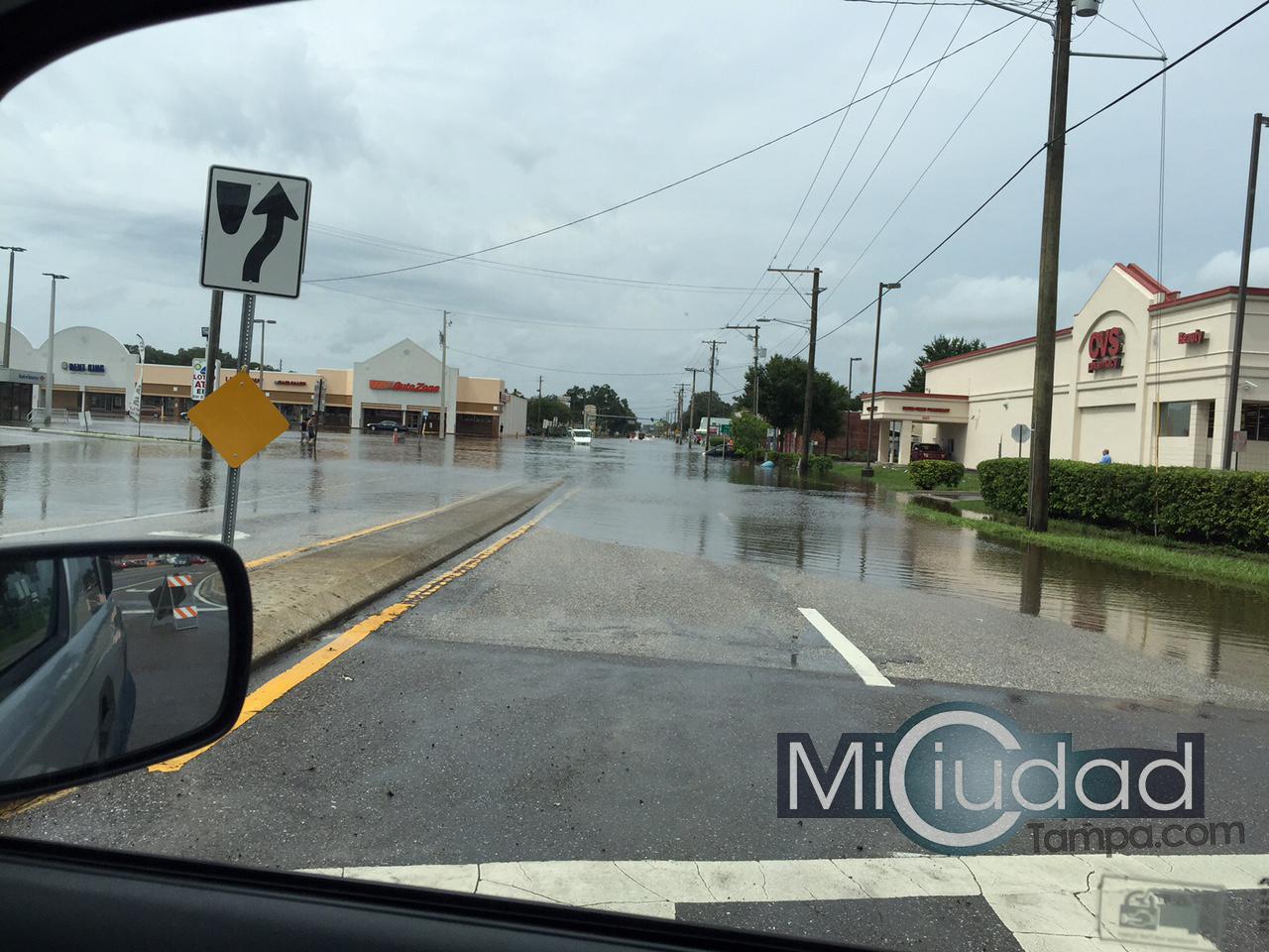 Vista parcial de las inundaciones en Tampa el dia 2 de agosto, una mirada a Hanley Rd desde Hillsborough Av hacia Waters Av.