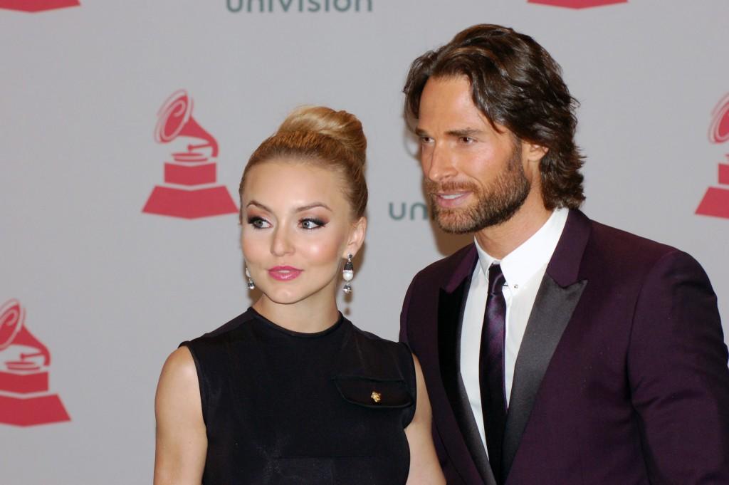 41120224. Las Vegas.- El cantante, Angelique Boyer y Sebastián Rulli, durante la alfombra verde de los Grammy Latino 2014. NOTIMEX/FOTO/JUAN COSME/COR/ACE/