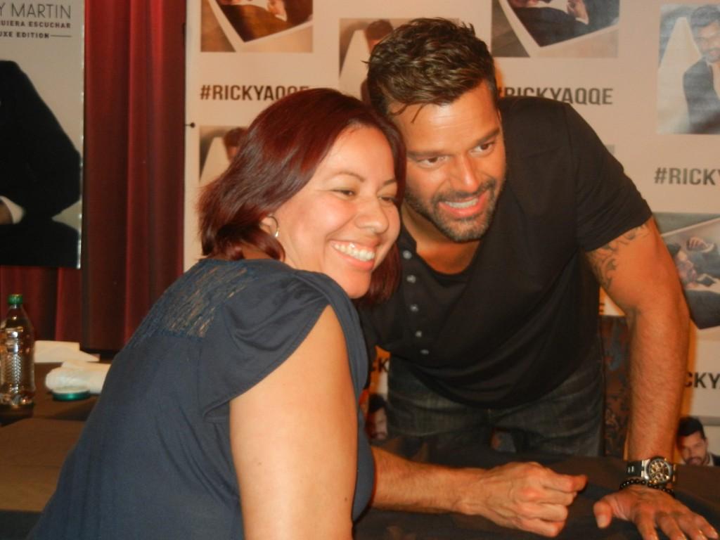 50210004. Los Ángeles.- Ricky Martin firmó la víspera cientos de autógrafos y posó con sus admiradores, la mayoría mujeres en el museo del Grammy en el centro de Los Ángeles. NOTIMEX/FOTO/JOSÉ ROMERO MATA/COR/ACE/