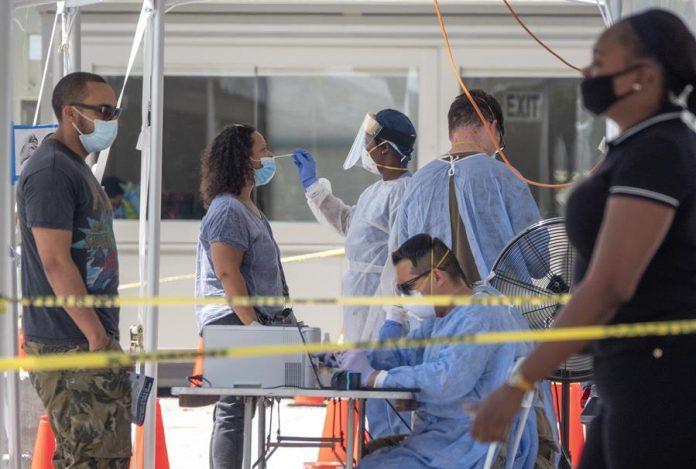 Muertes por COVID-19 marcan otro récord en Florida mientras se acerca Isaías