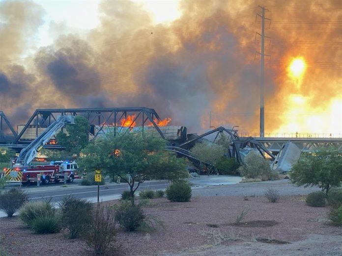 Tren descarrila sobre un puente en Arizona y causa un aparatoso incendio